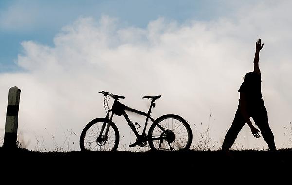 Khởi động thật kỹ cơ bắp và xương khớp trước khi đạp xe